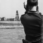 """Aus anderer Sicht. Die frühe Berliner Mauer: [Potsdamer Platz / Voßstraße, 12.36 Uhr] """"Kommt doch rüber, wir haben schöne Frauen für euch. Einen Wagen bekommt ihr auch. Ob nun jetzt oder später, wir kriegen euch sowieso!"""" Quellenangabe: BArch, DVH 60 Bild-GR 35-08-65 bis 73 und BArch,DVH 60 Bild-GR 33-09-01 bis 03, o. Ang.; Rekonstruktion und Interpretation Arwed Messmer"""