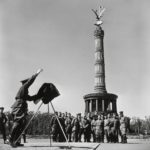 Robert Capa. Sowjetische Soldaten vor der Siegessäule, Berlin, August/September 1945 © International Center of Photography/Magnum Photos